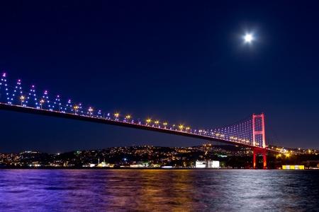 Nachtscène van Istanbul Bosporus-brug