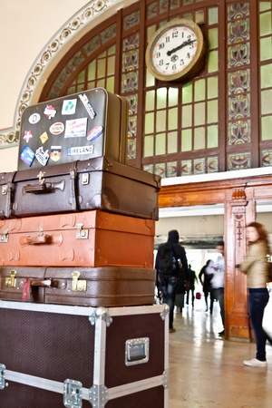 mujer golpeada: ESTAMBUL - 03 de noviembre: Viajeros en Haydarpasa Estaci�n 3 de noviembre de 2011 en Estambul. Todav�a estaci�n m�s grande de Turqu�a, construido por el sult�n Abdul Hamid, como comienzo de ferrocarril de Bagdad en 1908. Mont�n de viejas maletas Editorial