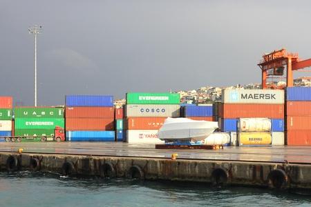ISTANBUL - 14 november: Haydarpasa Port op 14 november 2011 in Istanbul. Haven door de Anatolische spoorweg te bouwen op 20 april 1899 heeft een capaciteit van 1.200 schepen  jaar met een open opslagruimte van 350.000 m2 Redactioneel
