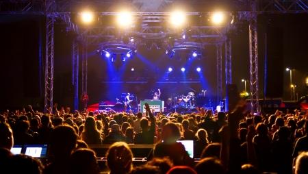 spectators: ESTAMBUL - 18 de septiembre: La estrella del pop Ajda Pekkan lleva a cabo en vivo durante un concierto en Maltepe el 18 de septiembre de 2011 en Estambul, Turqu�a. Concierto de la etapa en la escena entre los espectadores emocionados.