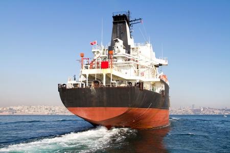 camión cisterna: Buque cisterna grande en la ruta de mar Bósforo