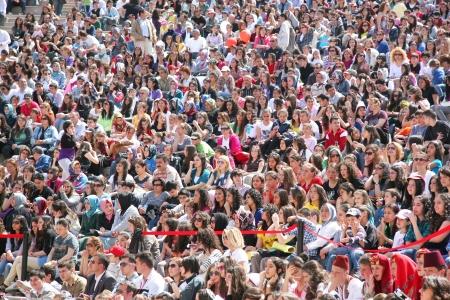 """folla: ISTANBUL - 23 aprile: Folla di persone a guardare mentre la performance di danza durante il """"Sovranit� Nazionale e Giornata dei Bambini"""" festival il 23 aprile 2010 a Istanbul."""