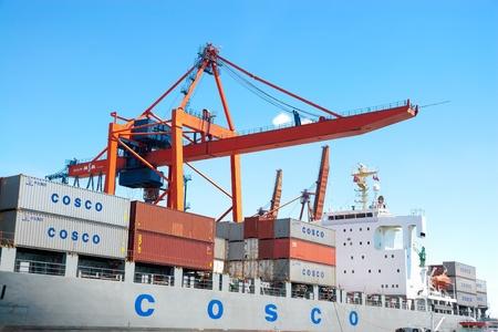 ISTANBUL - 18 giugno: container Ship COSCOs con pieno di cargo attraccato in porto il 18 giugno 2009 a Istanbul. Haydarpasa Port ha una capacit� di 1.200 navi / anno con area di stoccaggio aperto di 350.000 m2. JINYUNHE (IMO: 9228746, Panama) Archivio Fotografico - 12641733