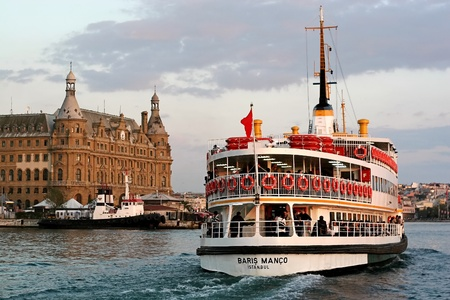 ISTANBUL - OCTOBER 4: Ferry BARIS MANCO sails in to Haydarpasa on October 4, 2008 in Istanbul. Nearly 150,000 passengers use ferries daily in Istanbul, due to easy access to two different continents. 新聞圖片