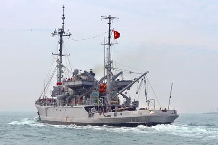 sauvegarde: ISTANBUL - 30 MAI: la marine turque TCG ISIN (A-589) de sauvetage de classe �vasion et les voiles des navires de sauvetage � travers le Bosphore, le 30 mai 2011 � Istanbul. La fonction principale de navires de sauvegarde est d'aider les navires frapp�s