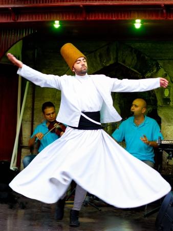 ISTANBUL - 25 juli: Sufi wervelende derwisj (semazen) dansen op Sultanahmet tijdens de heilige maand van Ramadan op 25 juli 2012 in Istanbul. Semazen brengt God