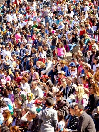 performs: ISTANBUL - 22 aprile: Il cantante Atiye esegue per i bambini durante la sovranit� nazionale e la Giornata dei Bambini il 22 aprile 2012 a Istanbul. Folla di persone guardare come le prestazioni