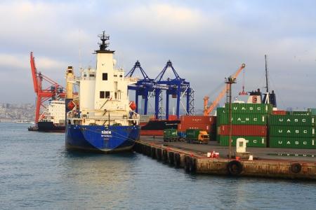 kojen: ISTANBUL - 31. Dezember: Port of Haydarpasa am 31. Dezember 2012 in Istanbul. Sea Port verf�gt �ber 21 Liegepl�tze neben zwei gro�en Pfeiler und eine Kapazit�t von 1.200 Schiffe  Jahr mit einem offenen Lagerfl�che von 350.000 m2.
