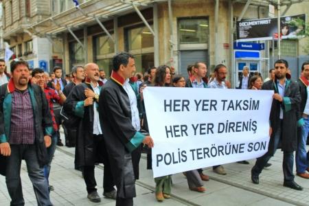 detained: ESTAMBUL - 12 DE JUNIO: abogados turcos marcha en apoyo a las protestas antigubernamentales en la calle Istiklal, el 12 de junio de 2013 en Estambul. Ellos fueron detenidos ayer por la polic�a mientras protestaba en corte.