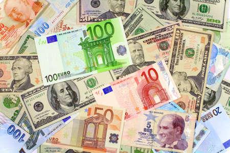 one hundred euro banknote: Un billete de cien euros en otras monedas Fondo de d�lares y billetes en euros