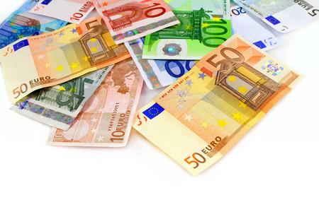 billets euros: Pile de billets de banque en monnaie euro sur fond blanc Banque d'images