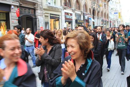 detained: ESTAMBUL - 12 de junio abogados turcos marchan en apoyo a las protestas antigubernamentales en la calle Istiklal, el 12 de junio de 2013 en Estambul, fueron detenidos ayer por la polic�a mientras protestaba en palacio de justicia