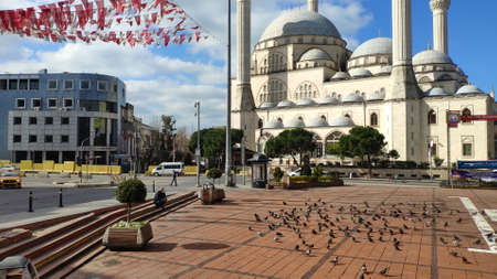 ISTANBUL - MAR 11, 2020: Maltepe Mosque Square. Empty streets on day 1 of the lockdown due to the Corona Virus pandemic. New type of coronavirus originated in China continues to spread in Turkey Редакционное
