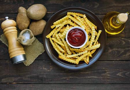 집에서 만든 감자 튀김과 소스. 감자 튀김을위한 성분. 평면도