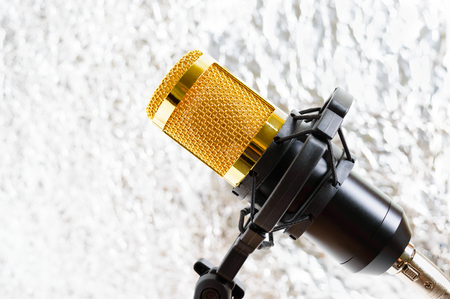 Beautiful golden microphone on a light blurred background, close up, bokeh. Banque d'images - 116533079