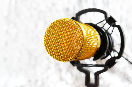 Beautiful golden microphone on a light blurred background, close up, bokeh. Banque d'images - 116533127