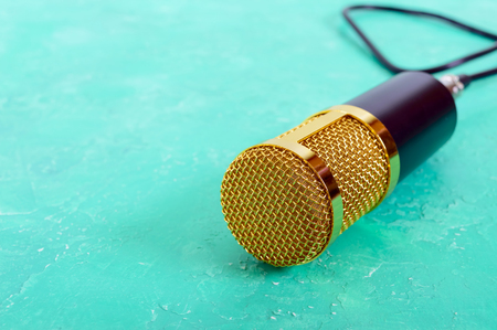 Beautiful golden microphone on a bright background, copy space, close up, bokeh. Banque d'images - 117843312