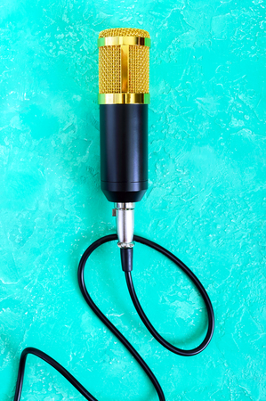 Beautiful golden microphone on a bright background. The top view. Banque d'images - 117843316