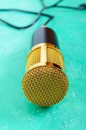 Beautiful golden microphone on a bright background, close up, bokeh. Banque d'images - 117843364