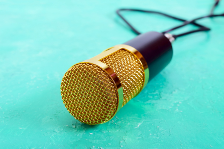 Beautiful golden microphone on a bright background, close up, bokeh. Banque d'images - 117843029