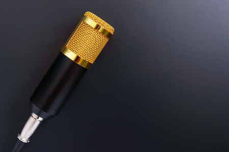 Beautiful golden microphone on a black background, copy space. The top view, flat lay. Banque d'images - 121399177