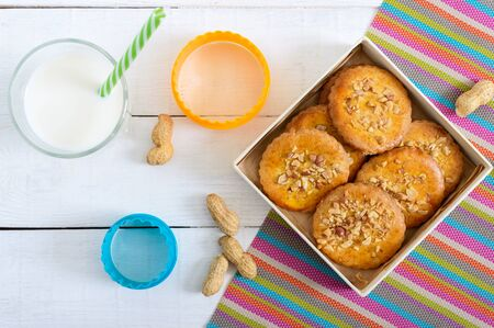 Shortbread dairy cookies with chopped nuts, milk and honey. Cookies in a box. The top view. Flst lay Stockfoto