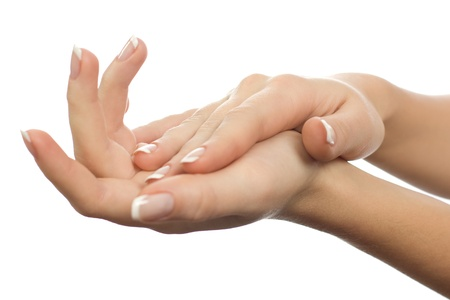 productos de belleza: Hermosas manos femeninas están aislados en un fondo blanco