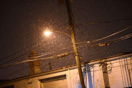 Snow falling near an apartment complex. 版權商用圖片 - 95277046