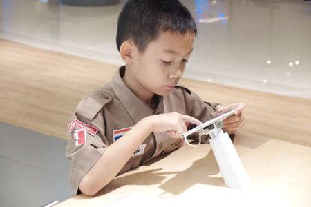 industrieel: Jongen spelen tablet