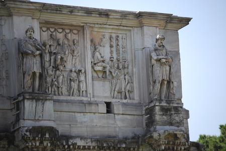 Boog van Constantine in Rome naast Colosseum