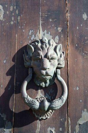 Oud ijzer handvat in de vorm van de leeuw