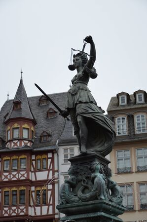 Lady justice on the Roemer place in Frankfurt Imagens