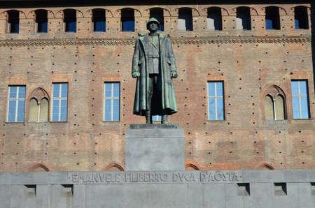 War memorial statue of soldier at Piazza Castello in Turin 新聞圖片