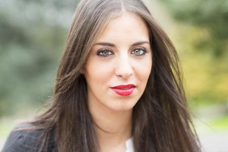 eyes green: Retrato de mujer joven con ojos verdes y maquillaje.