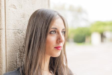 ojos verdes: Retrato de mujer joven con los ojos verdes y el maquillaje que mira lejos.