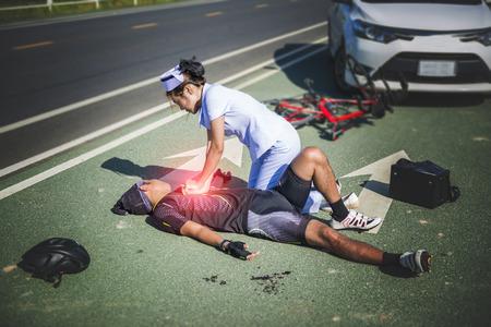 paciente en camilla: Mujer enfermera ayudando a CRP de emergencia en hombre de bicicleta en un accidente