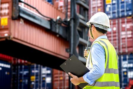 Contremaître contrôle chargement Boîte de conteneurs de fret cargo pour import export, contremaître contrôle Industrial Container Cargo ship.