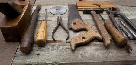 alicates: Herramientas de mano antiguos en una fila.