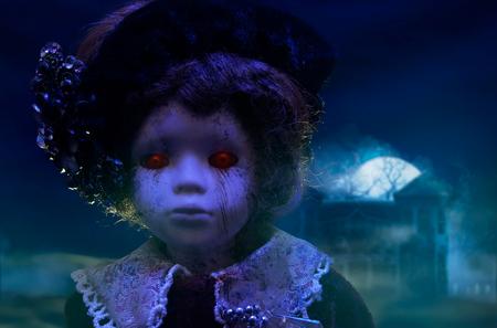 Horror-Puppe mit haunted house.Old mystisch unheimlich Horror-Puppe mit roten dämonische Augen mit haunted Horrorhaus suchen.