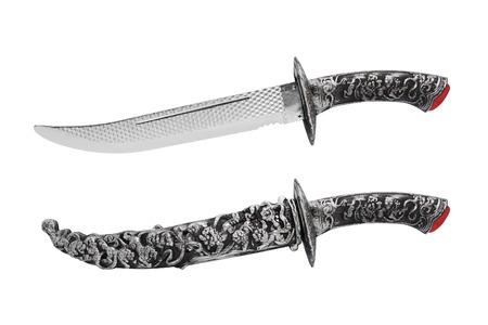 scheide: geöffnet und geschlossen Messer mit Scheide isoliert. Isolierte alte Fantasie geätzt geöffnet und geschlossen Messer mit Scheide auf weißem Hintergrund Profilansicht.