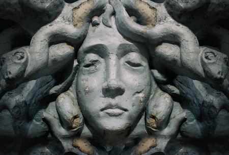 diosa griega: Antigua estatua rostro polvoriento y agrietado de la diosa griega de la medusa.