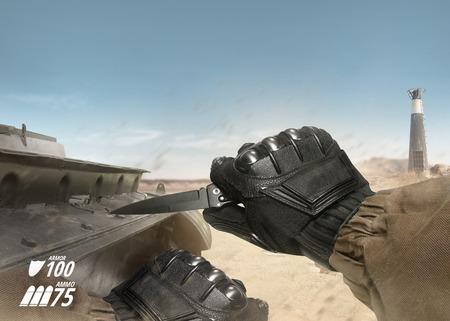 cuchillo: Vista en primera persona la mano soldado en guantes negros de combate y cuchillo celebración chaqueta táctica listas para usar en escena de guerra tanque del desierto con el indicador de salud y armadura. Foto de archivo