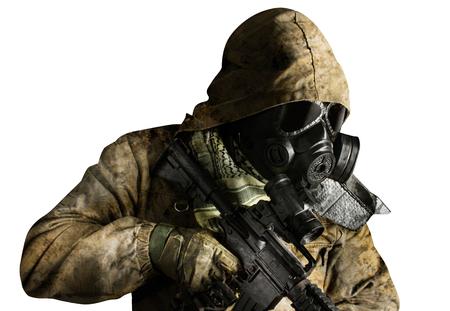 Photo isolée d'un soldat post-apocalyptique du désert en veste tactique, masque à gaz, gants, fusil et armure debout sur fond blanc vue latérale.