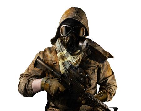 Isoliertes Foto eines postapokalyptischen Wüstensoldaten in taktischer Jacke, Gasmaske, Handschuhen, Gewehr und Rüstung auf Vorderansicht des weißen Hintergrunds.