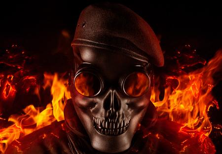 Foto eines voll ausgestatteten Soldaten in schwarzer Rüstung, taktischer Weste, der in Schädelmaske und Baskenmütze auf schwarzem Hintergrund mit fliegender Asche und Feuernahaufnahme steht.