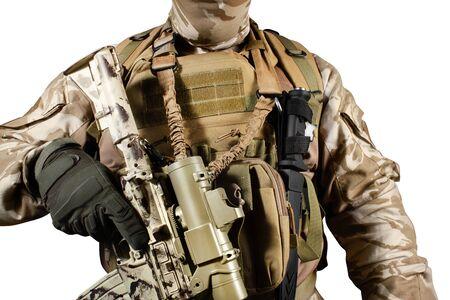 Foto isolata di un soldato completamente attrezzato in uniforme, armatura, casco e maschera in piedi con vista ravvicinata del fucile. Archivio Fotografico