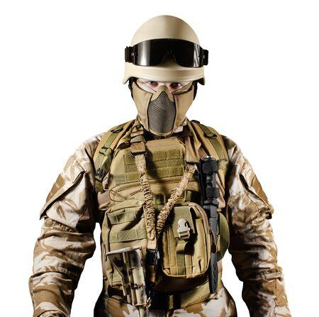 Foto aislada de un soldado totalmente equipado en uniforme, armadura, casco y anteojos vista de torso de pie.