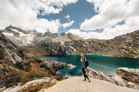 A landscape view of laguna churup, a lagoon hidden in the peruvian andes mountains near the town of huaraz, ancash. Imagens