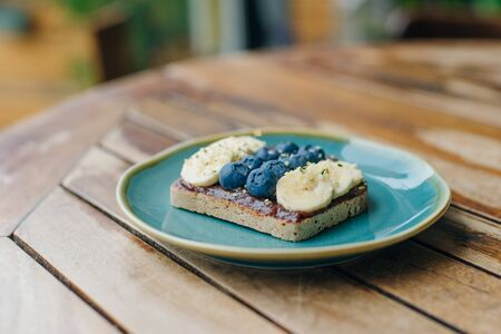 toast with chocolate paste, bananas and blueberries 版權商用圖片