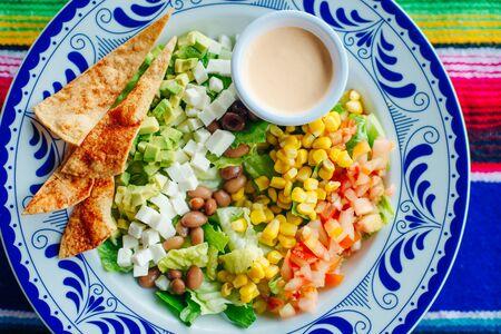 insalata messicana con mais, pepe, patatine, formaggio, avocado e salsa. Archivio Fotografico